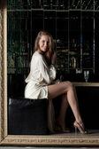 Schöne junge frau im weißen mode kleid — Stockfoto