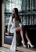 красивая девушка сидит в модных белое платье — Стоковое фото
