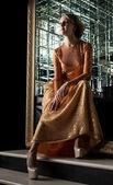 Urocza blondynka w modnej sukni złotych — Zdjęcie stockowe