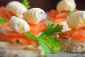 Gustosi panini con trota affumicata e burro — Foto Stock