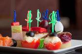 Piatto con deliziose tartine su spiedini, close-up — Foto Stock