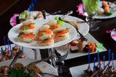 Schotel met smakelijk voedzame snacks — Stockfoto