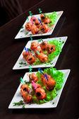 Nutritivos aperitivos de salmón en los platos — Foto de Stock