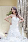Feliz noiva jovem posando em quarto de hotel — Foto Stock