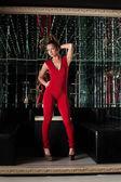 Ung kvinna i röd klänning - nattklubb bakgrund — Stockfoto