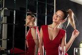 довольно молодая женщина у зеркала в клубе — Стоковое фото