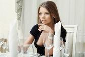 образ соблазнительной женщины позируя в ресторане — Стоковое фото