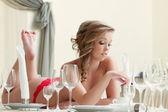 Bastante topless modelo posando con copas de vino — Foto de Stock