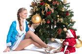 Glad mamma och unge poserar i christmas kostymer — Stockfoto