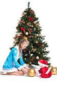 Sníh dívčí a baby-santa s vánoční stromeček — Stock fotografie