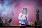 студия выстрел испуганно маленькая девочка в лаборатории — Стоковое фото