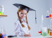 очаровательны школьница позирует в классе химии — Стоковое фото