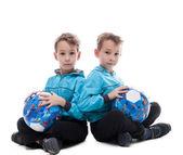 面白い双子の兄弟のボールとポーズのイメージ — ストック写真