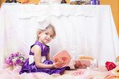 Smartly dressed girl posing looking at camera — Stockfoto
