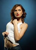 Sexy giovane donna in jeans bianco canotta — Foto Stock