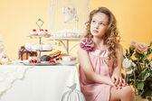 Masada kek ile poz düşünceli küçük hanım — Stok fotoğraf