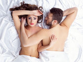 Obraz unavené mladých milenců ležící na hedvábné listy — Stock fotografie