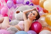 Allegra bella ragazza in posa con grande orsacchiotto — Foto Stock