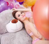 Imagem de mulher beddable posando com pirulito — Fotografia Stock