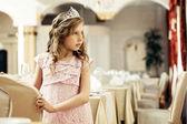 Elegantemente vestido menina posando no restaurante — Fotografia Stock