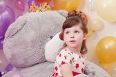 мечтательная девушка позирует на фоне мишка — Стоковое фото