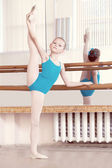 Flexible young ballerina doing vertical split — Zdjęcie stockowe