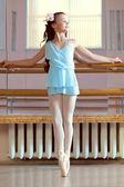 Encantadora joven bailarina posando en clase de baile — Foto de Stock