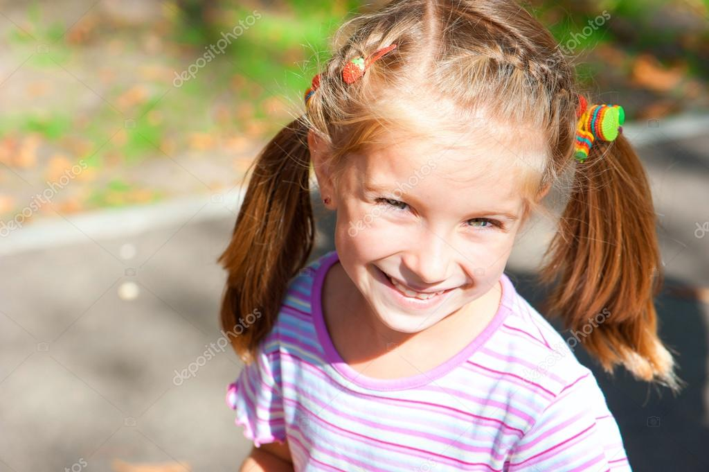 Portrait of a lovely smiling little girl — Stock Photo #13435437