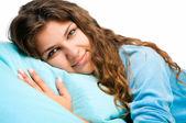 молодая женщина в постели — Стоковое фото