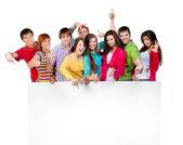 Glückliche junge gruppe von — Stockfoto