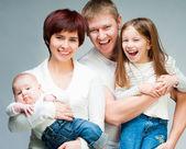 Famille assez souriant en regardant la caméra — Photo