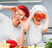 母亲和女儿在厨房里 — 图库照片