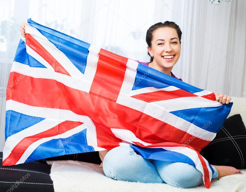 красивая девушка с британским флагом