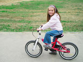 Little girl with her bicycle — Стоковое фото