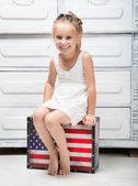 Little girl with a suitcase — Stockfoto