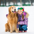 flicka med golden retriever — Stockfoto
