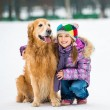 chica con golden retriever — Foto de Stock