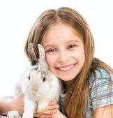 Petite fille avec lapin — Photo