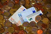Euroscheine mit Münzen — Foto Stock