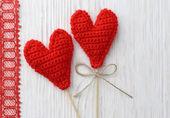 白い木製の背景に赤の心 — ストック写真
