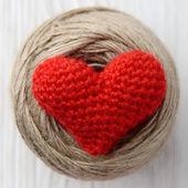 红色的心,在白色的木制背景 — 图库照片