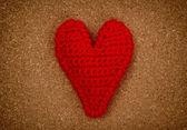 červené srdce na tlakem korkové pozadí — Stock fotografie