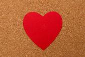 Corazón rojo sobre fondo de corcho presionado — Foto de Stock