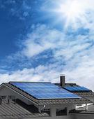 панели солнечных батарей на крыше дома — Стоковое фото