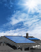 Evin çatısında güneş panelleri — Stok fotoğraf