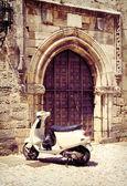 Ortaçağ gate yakınındaki beyaz vintage scooter — Stok fotoğraf