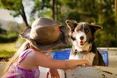 小さな女の子が彼女の犬と遊んで — ストック写真