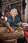 счастливая женщина балийском в храме — Стоковое фото
