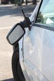 поврежденный автомобиль и сломанной стороны зеркало заднего вида. — Стоковое фото