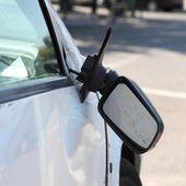 Hasarlı araç ve kırık yan dikiz aynası. — Stok fotoğraf